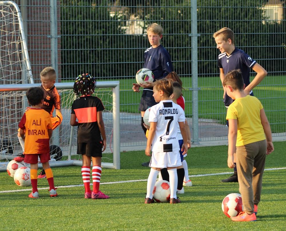 Voetbal voor mini's bij TEC . De mini's zijn kinderen in de leeftijd (van bijna) 4 tot 6 jaar. Bij deze jongste spelertjes is plezier in het voetbal het allerbelangrijkste. Leren samenspelen, eenvoudige oefeningen en natuurlijk een wedstrijdje spelen: het komt allemaal langs tijdens de training van onze mini's.   De mini's trainen één keer in de week, op maandag van 18:00 tot 19:00. Voor jongens en meisjes. Mini's spelen geen competitie, in plaats daarvan spelen ze vriendschappelijk, of tegen elkaar. Het lidmaatschap voor onze mini's (kinderen geboren tussen 2014 tot en met 2020) is overigens gratis...