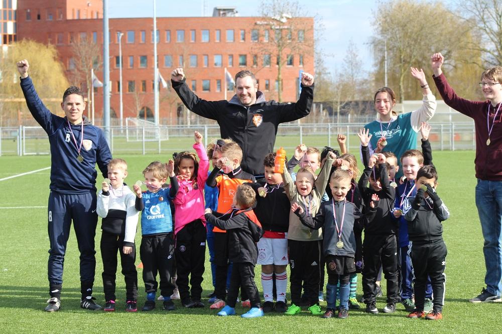 Minivoetbal | Katboutervoetbal Tiel | Voetbal voor 4- en 5-jarigen om op vrijblijvende manier kennis te maken met voetbal. Nu speciale actie: Word nu lid en ontvang het officiële TEC-voetbaltenue en TEC-trainingspak gratis