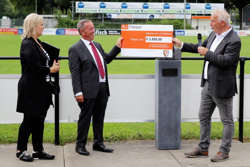 TEC uit Tiel haalt met de doneeractie ALS 2.850,- euro voor Stichting ALS Nederland met een doneeractie en 1100,- euro met veiling van aanvoerdersbanden wedstrijd TEC - vv DOS Kampen