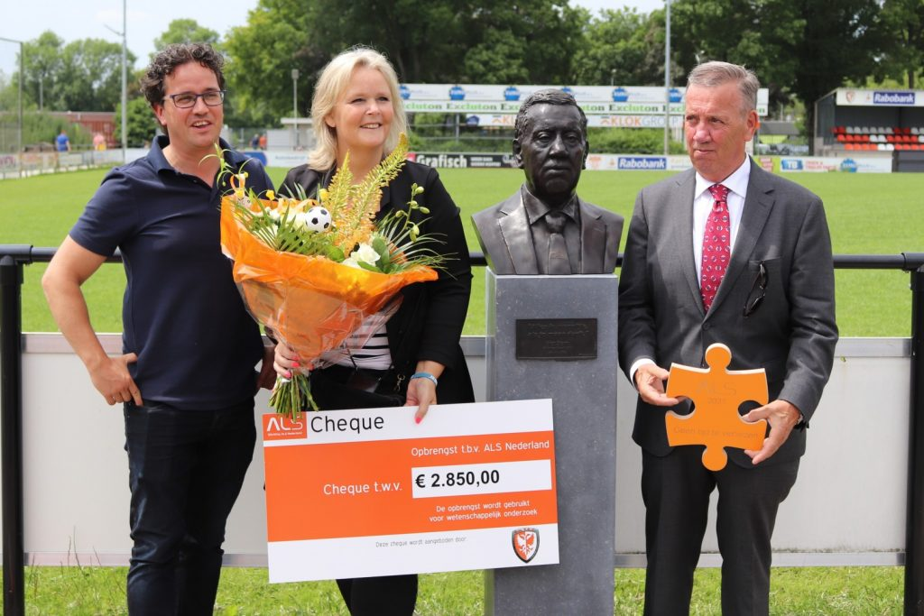 Jeroen Stam, Marian van Eldik en Piet Stam met de cheque met het resultaat van de doneeractie ALS